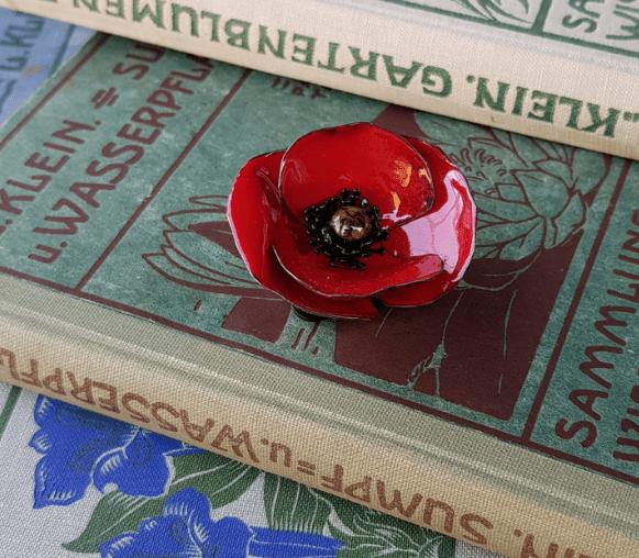 En étudiant les fleurs du terrain à la bibliothèque, puis dinanderie et émaillage pour rendre la fleur intemporelle