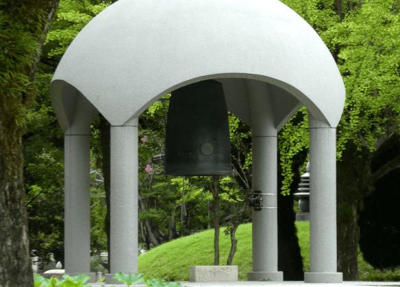 Hiroshima au Japon, cloche du mémorial de la paix à Hiroshima Japon entourée de ginkgo