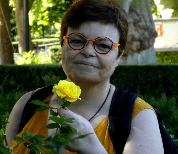 Véro au jardin de la ville de Karlsruhe humant les roses, première phase, s'imprégner de la fleur